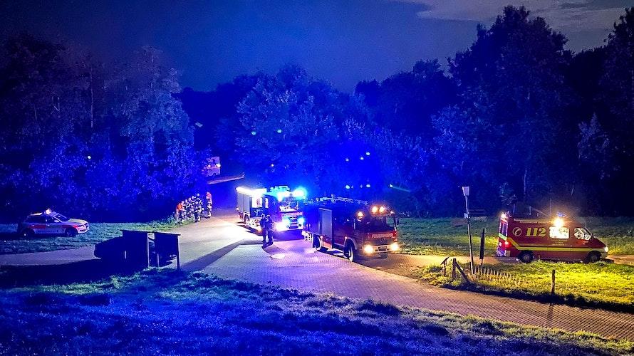 Stundenlanger Einsatz: Rund 140 Feuerwehrleute rückten am frühen Donnerstag zum Alfsee aus. Foto: Lindemann
