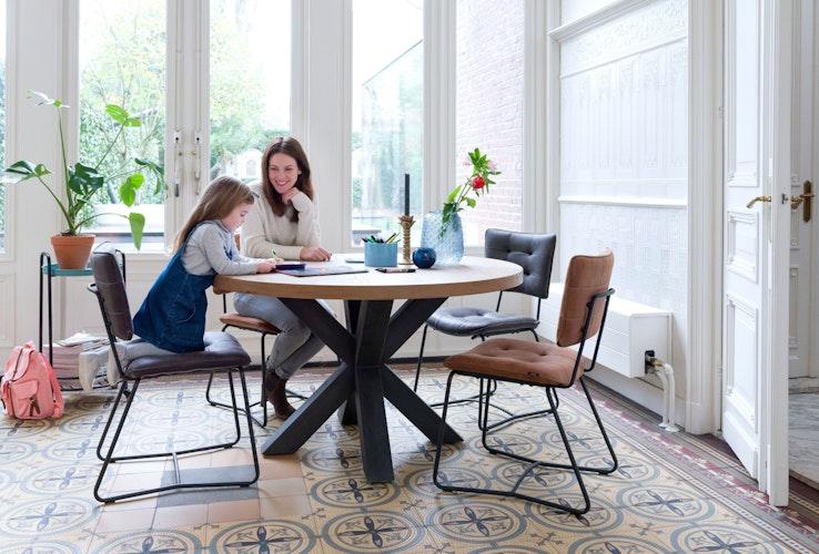 Runde Tische passen gut in kleine Ecken und mausern sich dort oft zum Lieblingsplatz. Foto: djdHenders & Hazel - runder Tisch MetaloxJulien