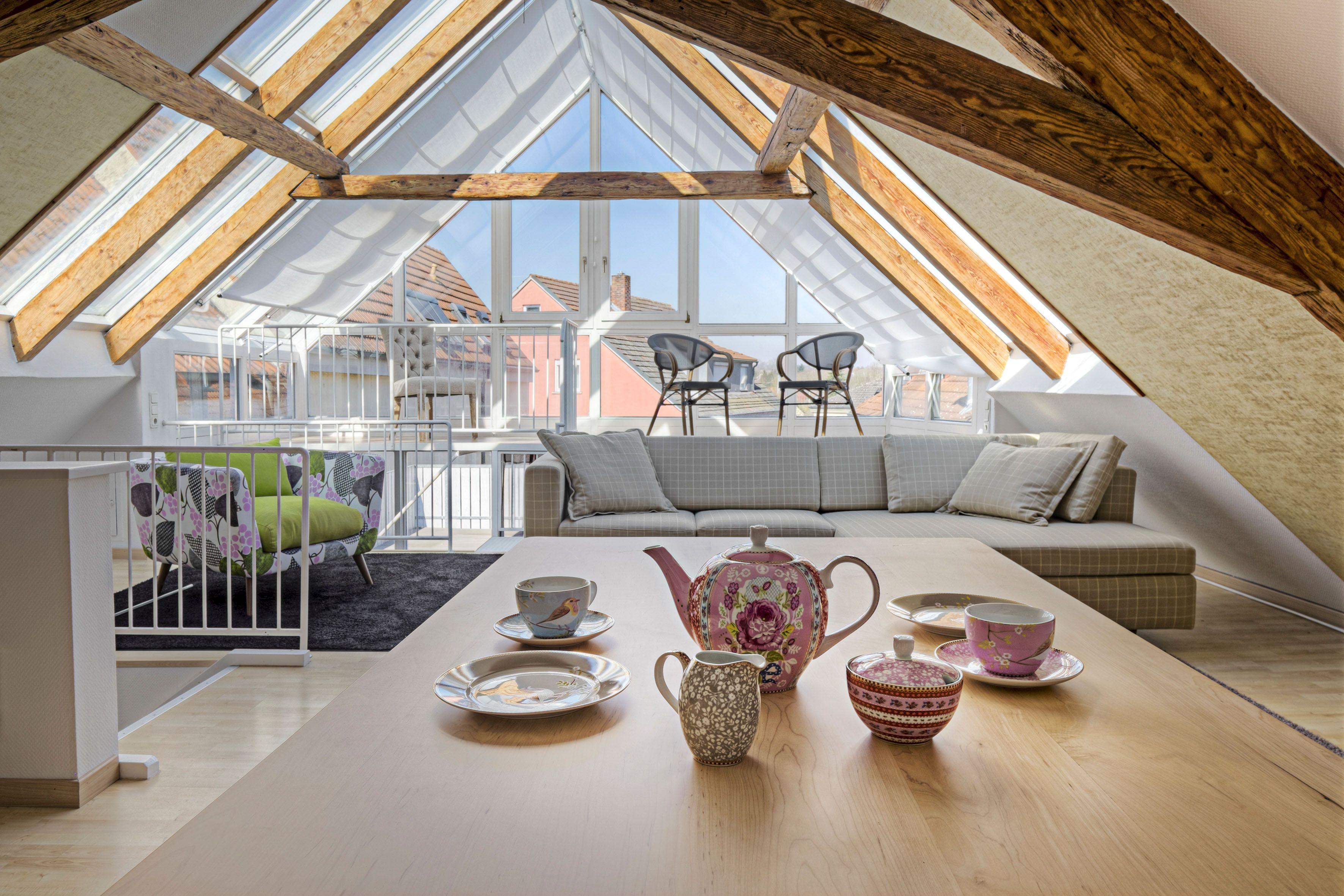 Ungenutzte Dachgeschosse lassen sich häufig in wertvollen und attraktiven Wohnraum verwandeln. Gefragt ist dafür eine durchdachte Planung durch erfahrene Fachhandwerker. Foto: djd/Gesamtverband Deutscher Holzhandel/Himmelswiese - stock.adobe.com