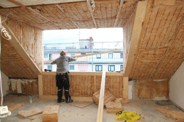 Der Holzfachmann plant und realisiert den Dachausbau in allen Details, wie etwa einer energiesparenden Wärmedämmung. Foto: djdGesamtverband Deutscher Holzhandel
