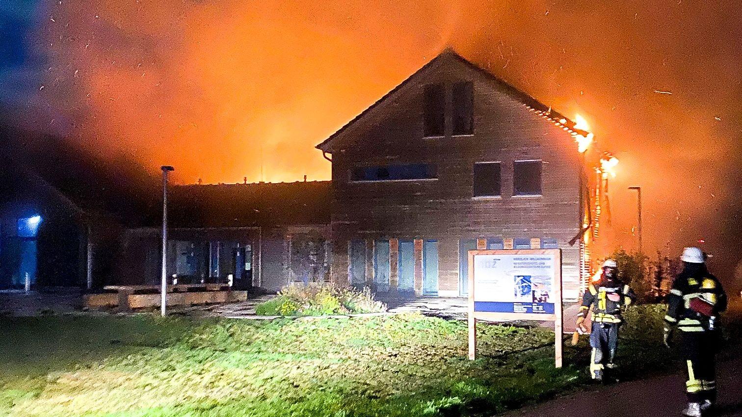 Großbrand: Kräfte von acht Feuerwehren waren im Einsatz, um das Feuer im Naturschutz- und Bildungszentrum am Alfsee in Rieste zu bekämpfen. Foto: Lindemann