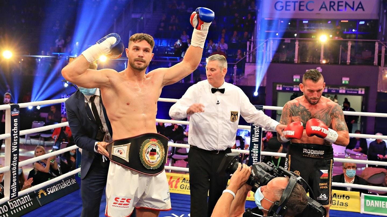 Siegerpose: Roman Fress (links) gewann beim Magdeburger Boxabend gegen den Tschechen Daniel Venci bereits in der zweiten Runde durch Knockout.Foto: Team SES/P. Gercke