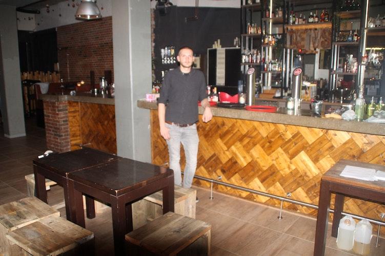 Muss seit Samstag früher seine Kneipe schließen: David Pytel, Inhaber des DEIVS in Vechta. Foto: Kessen