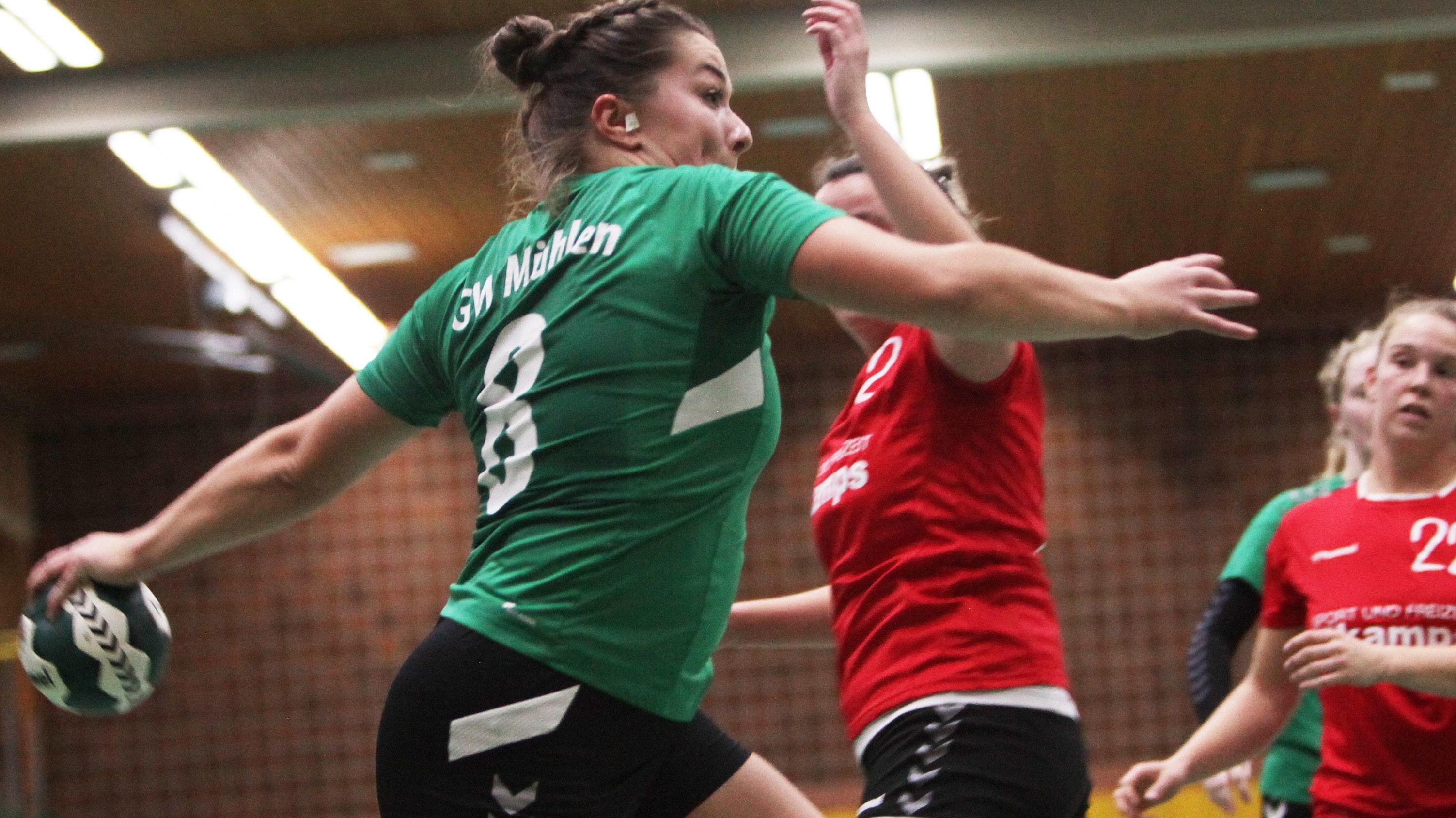 Den Ball in der Hand, das Tor im Blick: Mühlens Alina Schillmöller. Foto: Schikora