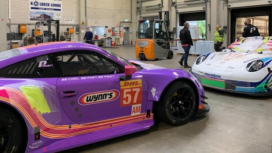 Bereit für eine weite Reise: Die beiden Porsche 911 RSR des Lohner Teams Project 1 wurden in der Halle der Spedition Kolbeck in einen Übersee-Container gerollt. Foto: Funke