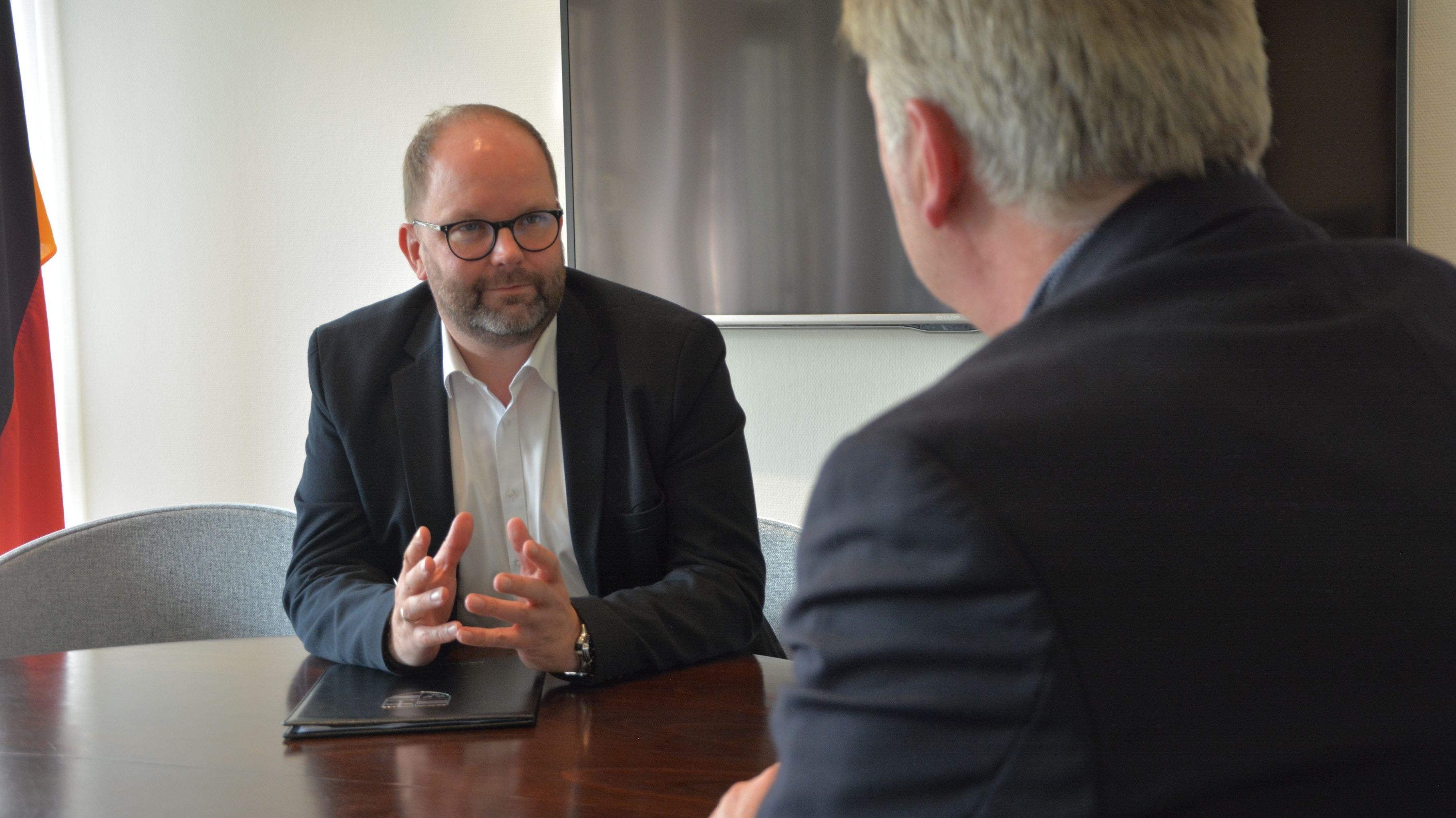 Kann weitere Maßnahmen nicht ausschließen: Cloppenburgs Landrat Johann Wimberg im Gespräch mit Chefredakteur Julius Höffmann. Foto: Oliver Hermes