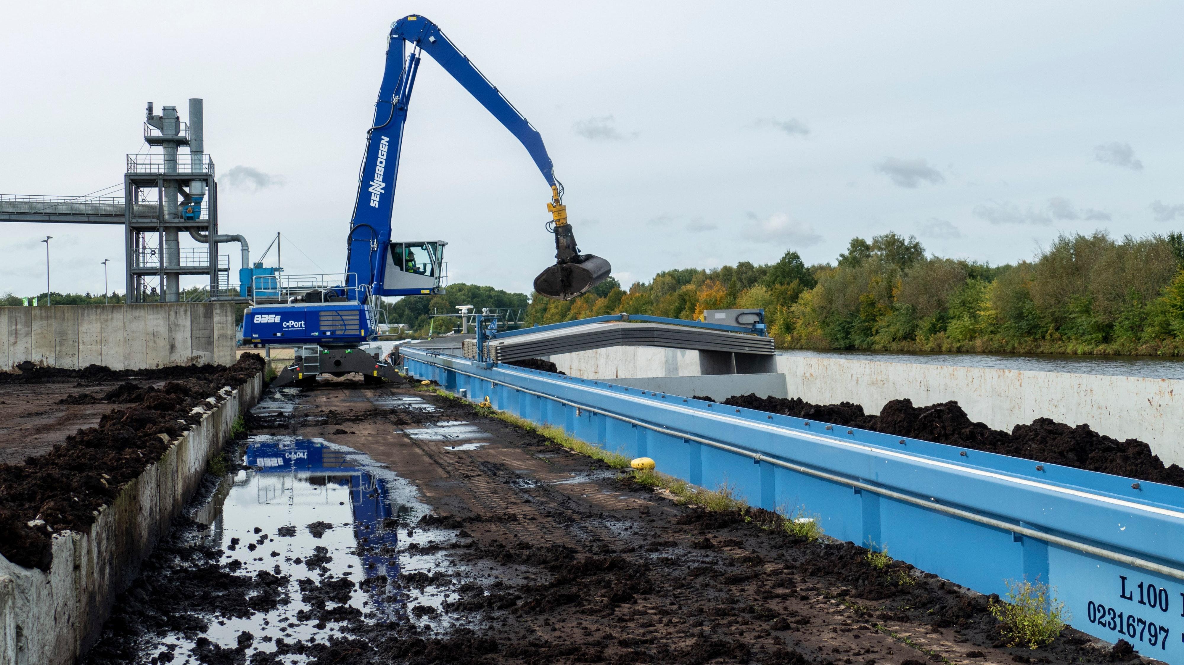 Der Renner: Gut 100.000 Tonnen Torf werden am C-Port in diesem Jahr verladen. Der Großteil ist für die Pilzindustrie in den Niederlanden bestimmt. Weitere Ladegüter sind Baustoffe, Getreide, Futtermittel und sperrige Güter. Foto: Stix