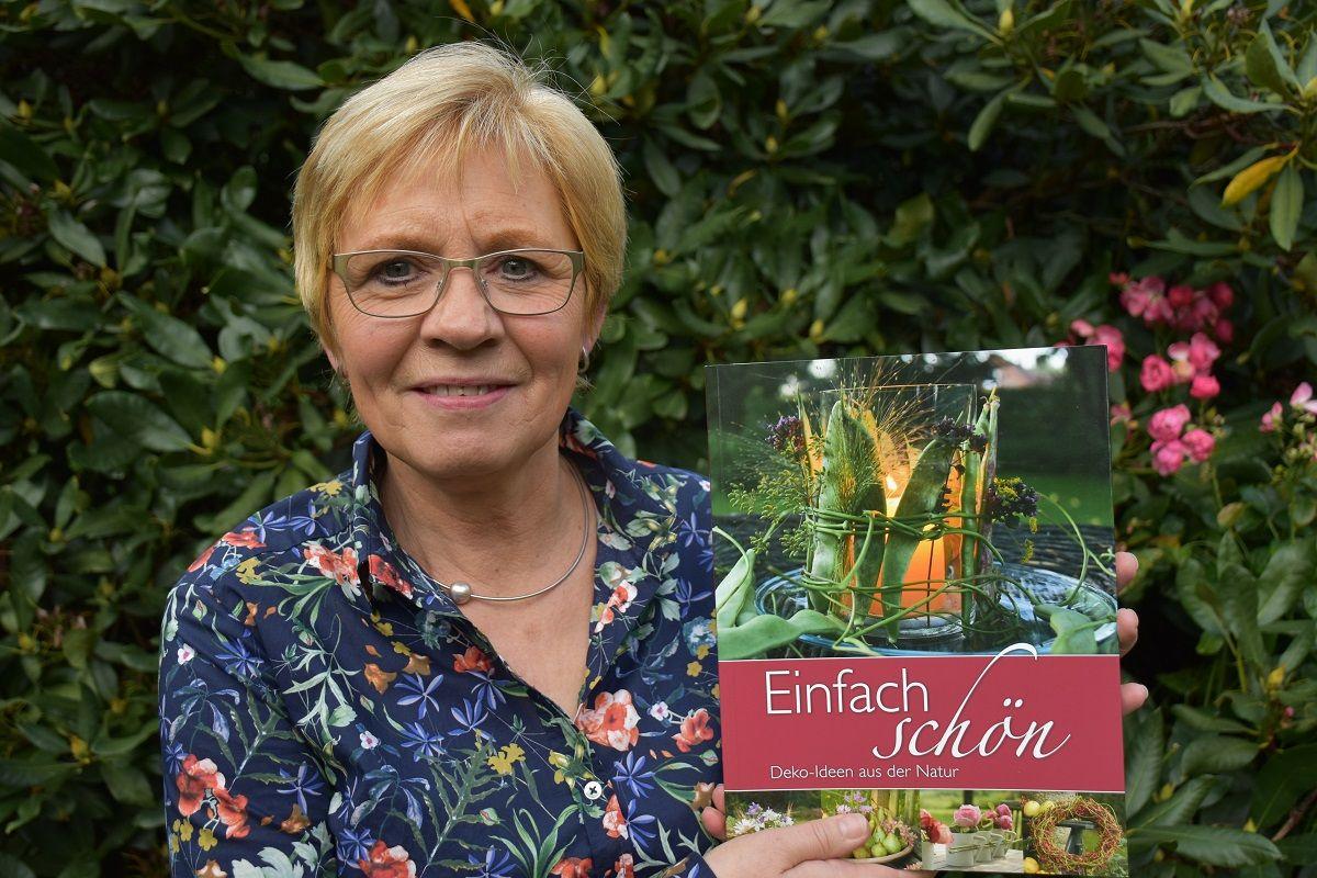 Einfach schön: Maria große Siemer informiert sich gerne über Deko-Ideen aus der Natur. Foto: Klöker