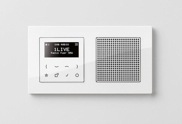 Radio im Schalterdesign – das Touchdisplay mit Glasfront ist in Schwarz oder Weiß wählbar. (Foto: eprJung.de)