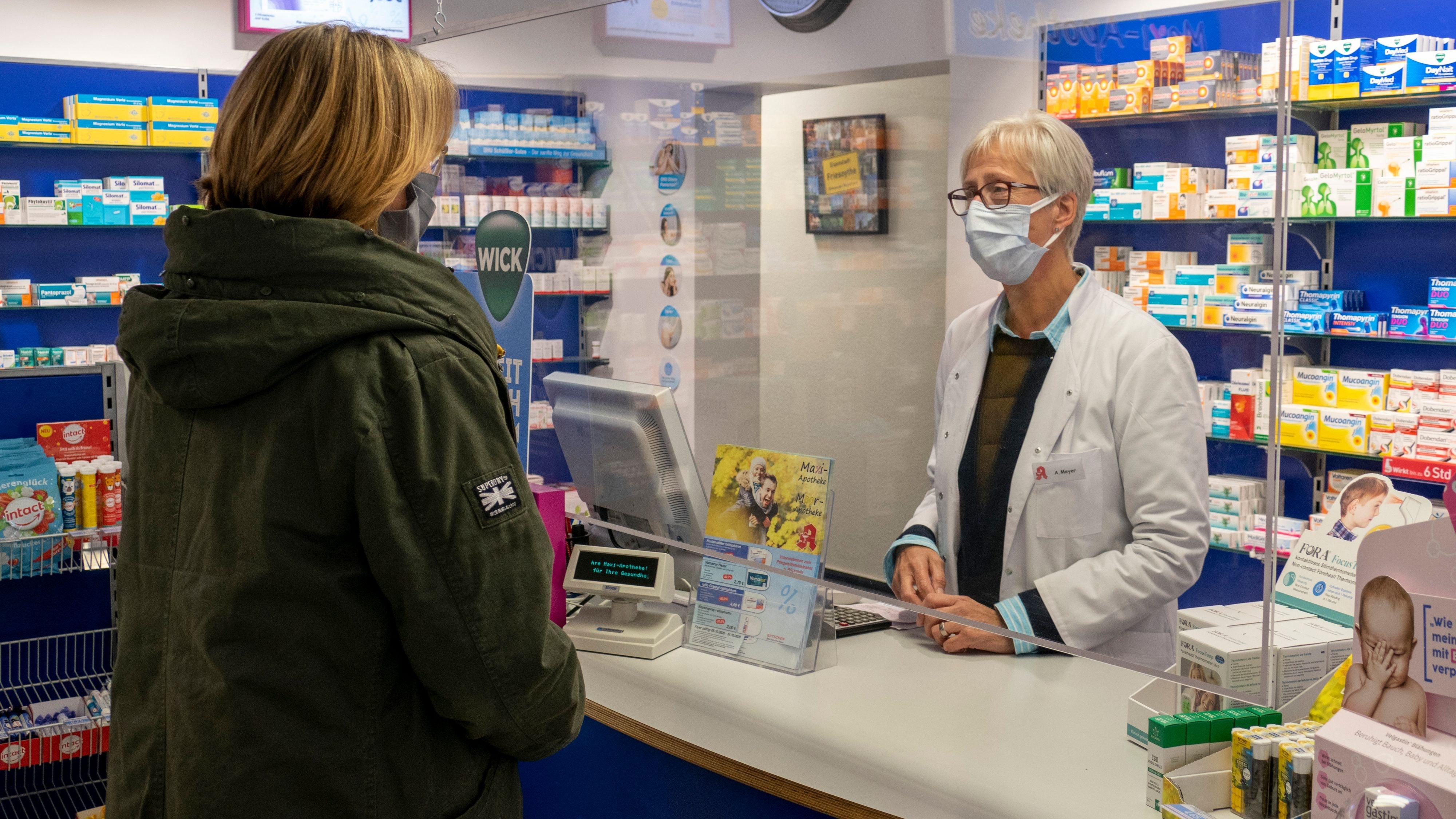 Symptome bekannt: Fragen zu Corona spielen in den Apotheken von Angelika Meyer (rechts) kaum eine Rolle. Dagegen übersteigt die Nachfrage nach dem Grippeimpfstoff bereits jetzt die verfügbare Menge. Foto: Stix