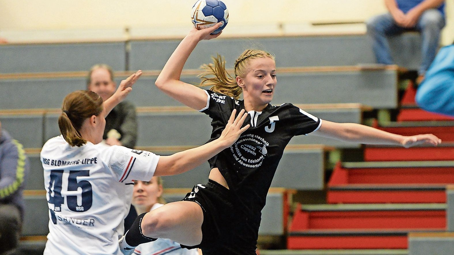 Youngster aus eigenen Reihen: Dina Reinold (am Ball) darf zwar noch in der Garreler A-Jugend spielen, gehört aber bereits dem Drittligakader der BVG-Frauen an. Foto: Langosch