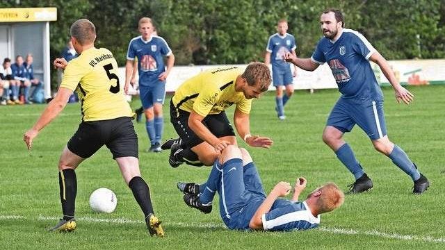 Keine Spiele: Auch der VfL Markhausen (gelbe Trikots) und der SV Altenoythe II werden in der 1. Kreisklasse pausieren müssen. Foto: Wulfers
