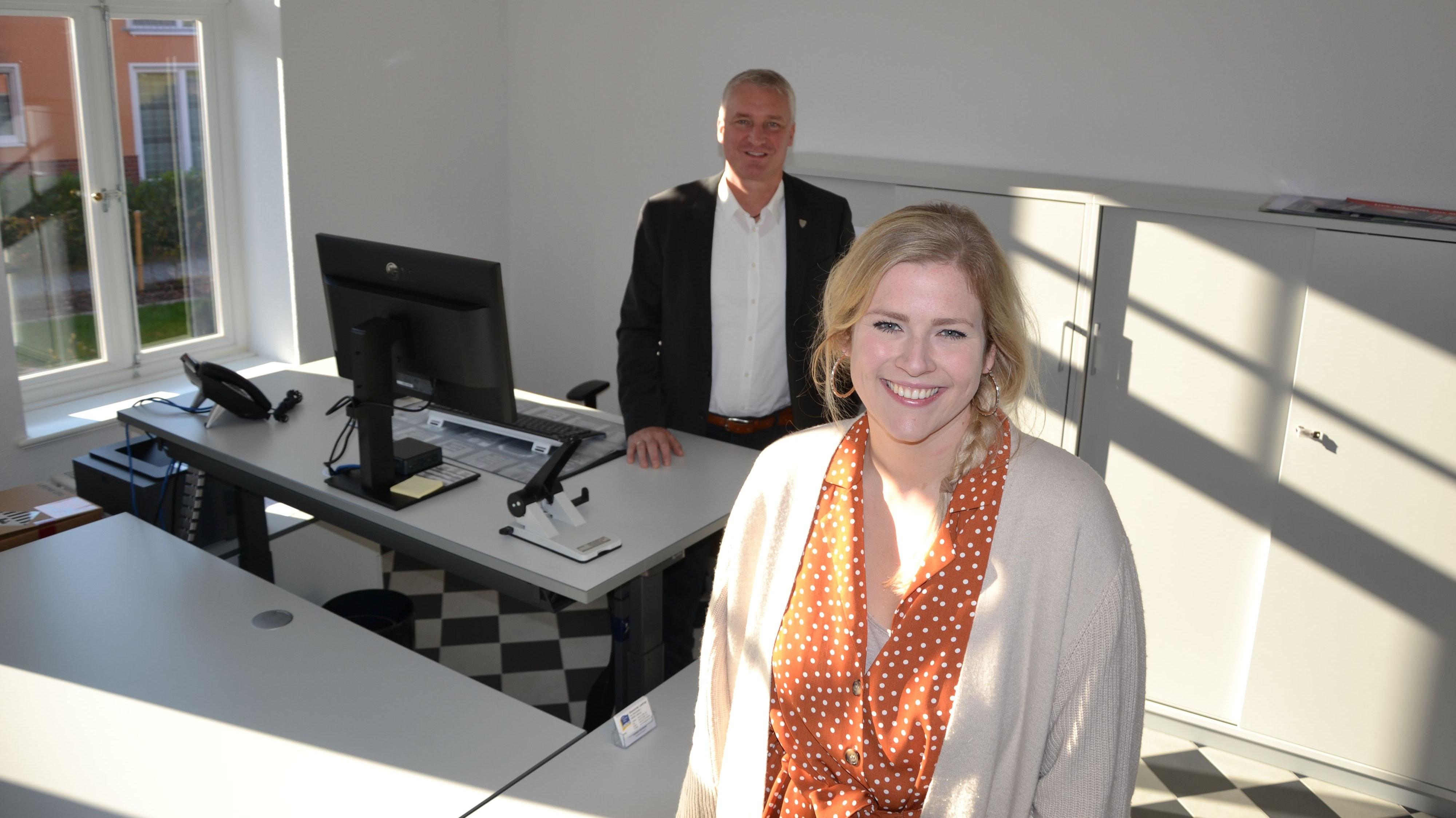 Es kann losgehen: Verena Rammler und Michael Kramer freuen sich, dass das Bürgerbüro fertig eingerichtet ist. Es wird ab Montag zu den normalen Rathauszeiten geöffnet sein. Foto: Meyer