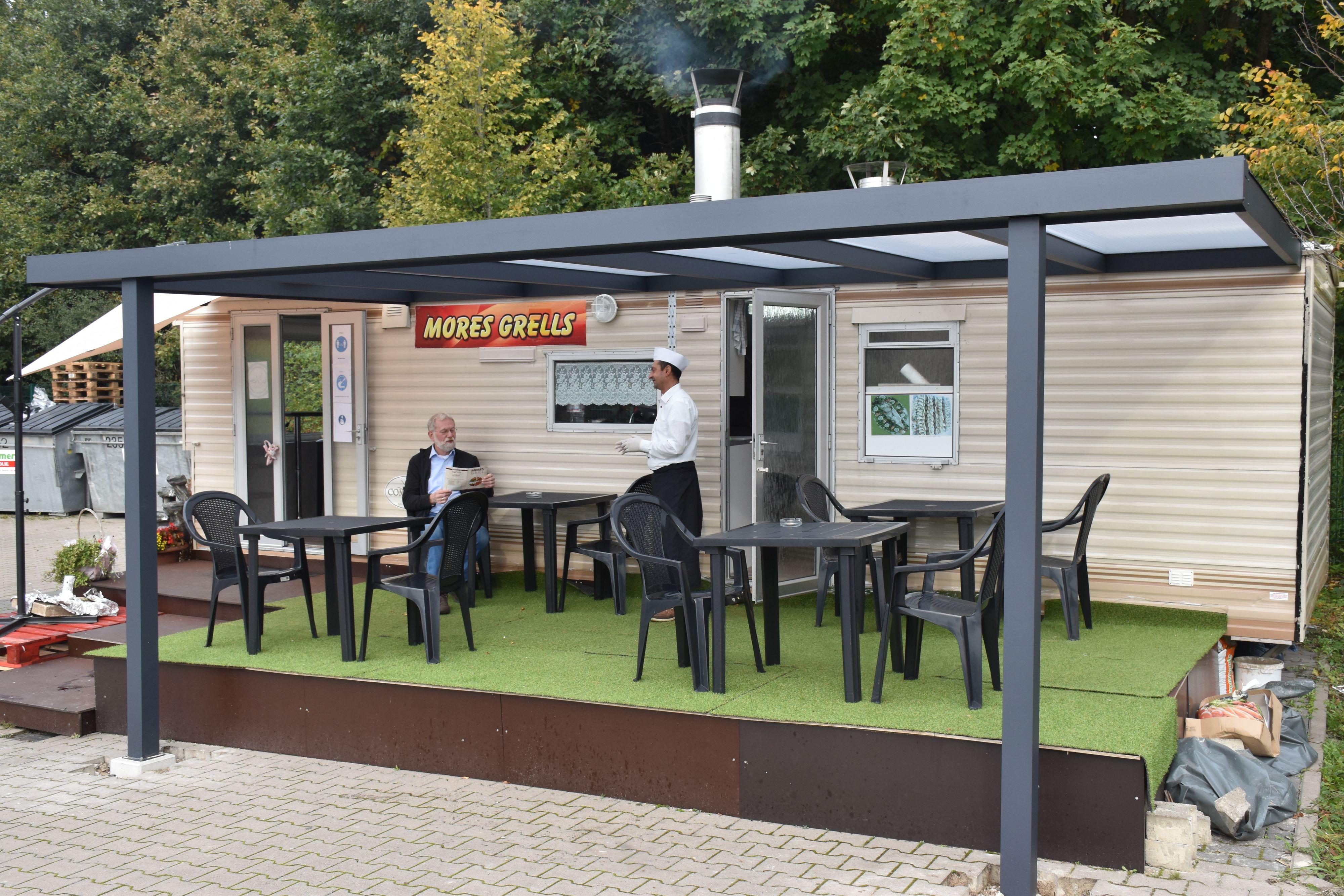 Vom Wohn- zum Imbisswagen: Das Campinggefährt wurde aus den Niederlanden exportiert und umgebaut. Foto: Ferber<br>