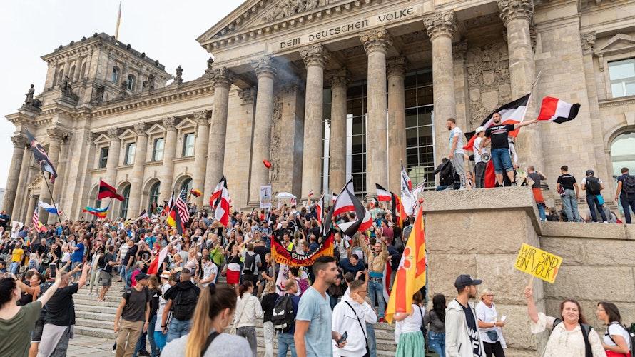 Sturm auf die Demokratie: 4 Polizisten hielten die Demonstranten davon ab, in den Reichstag einzudringen. Foto: dpaAbboud
