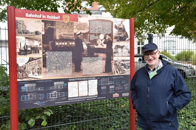 Ein möglicher Startpunkt: Auf einer Schautafel wird die Geschichte des Bahnhof in Holdorf erklärt. Foto: Böckmann