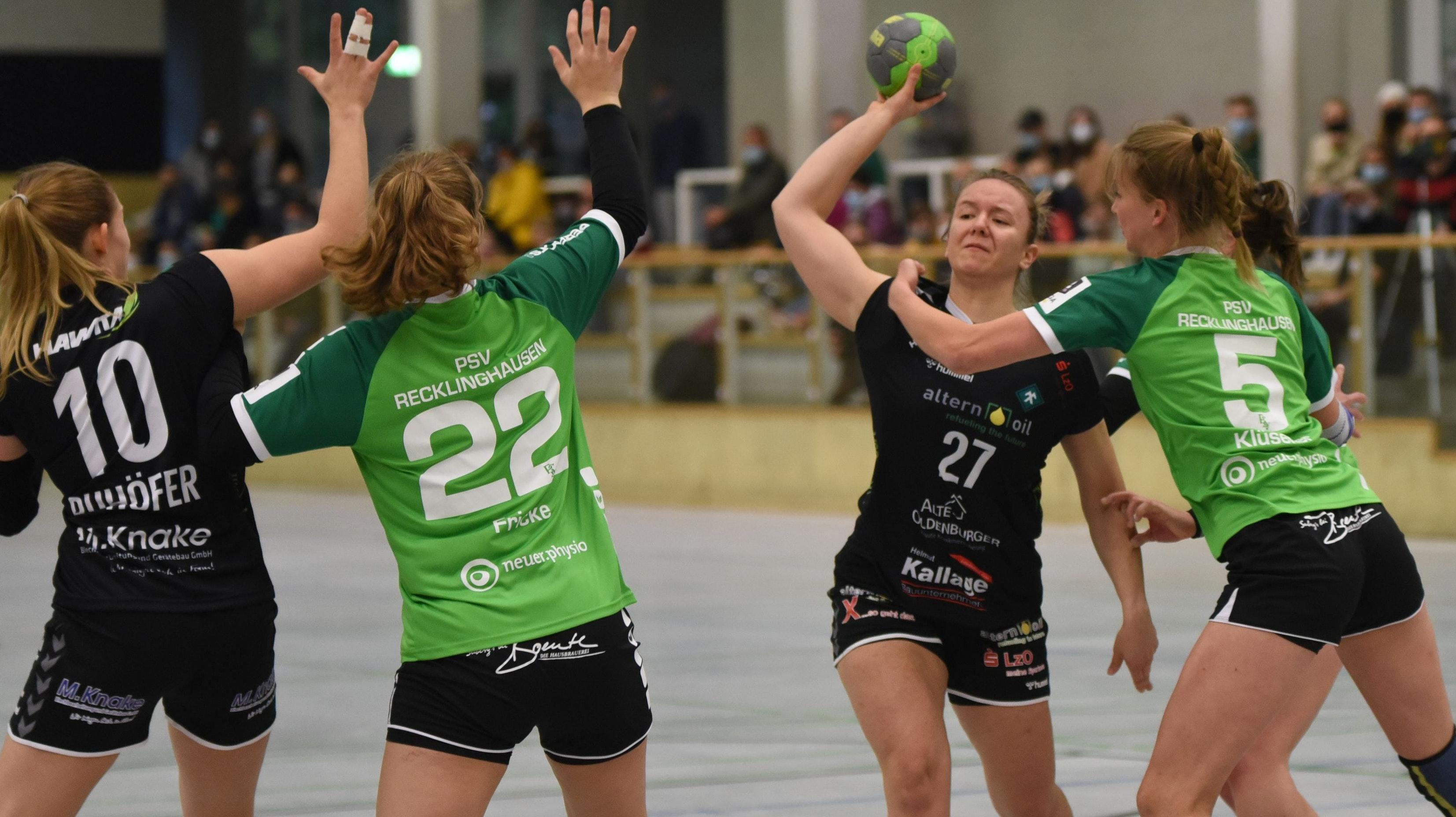 Blick zum Kreis: Vechtas Neuzugang Patricia Akalovic (Nr. 27) sucht ihre Mitspielerin Svenja Ruhöfer (links). Foto: Müller