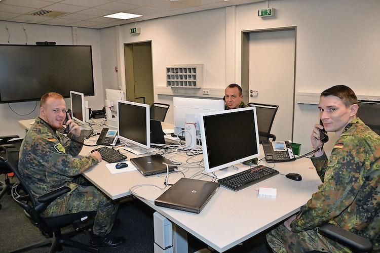 Unterstützung aus Oldenburg: Drei Stabsdienstsoldaten waren am vergangenen Samstag zum Dienst eingeteilt und halfen dem Gesundheitsamt bei der Kontaktermittlung. Foto: Bernd Götting