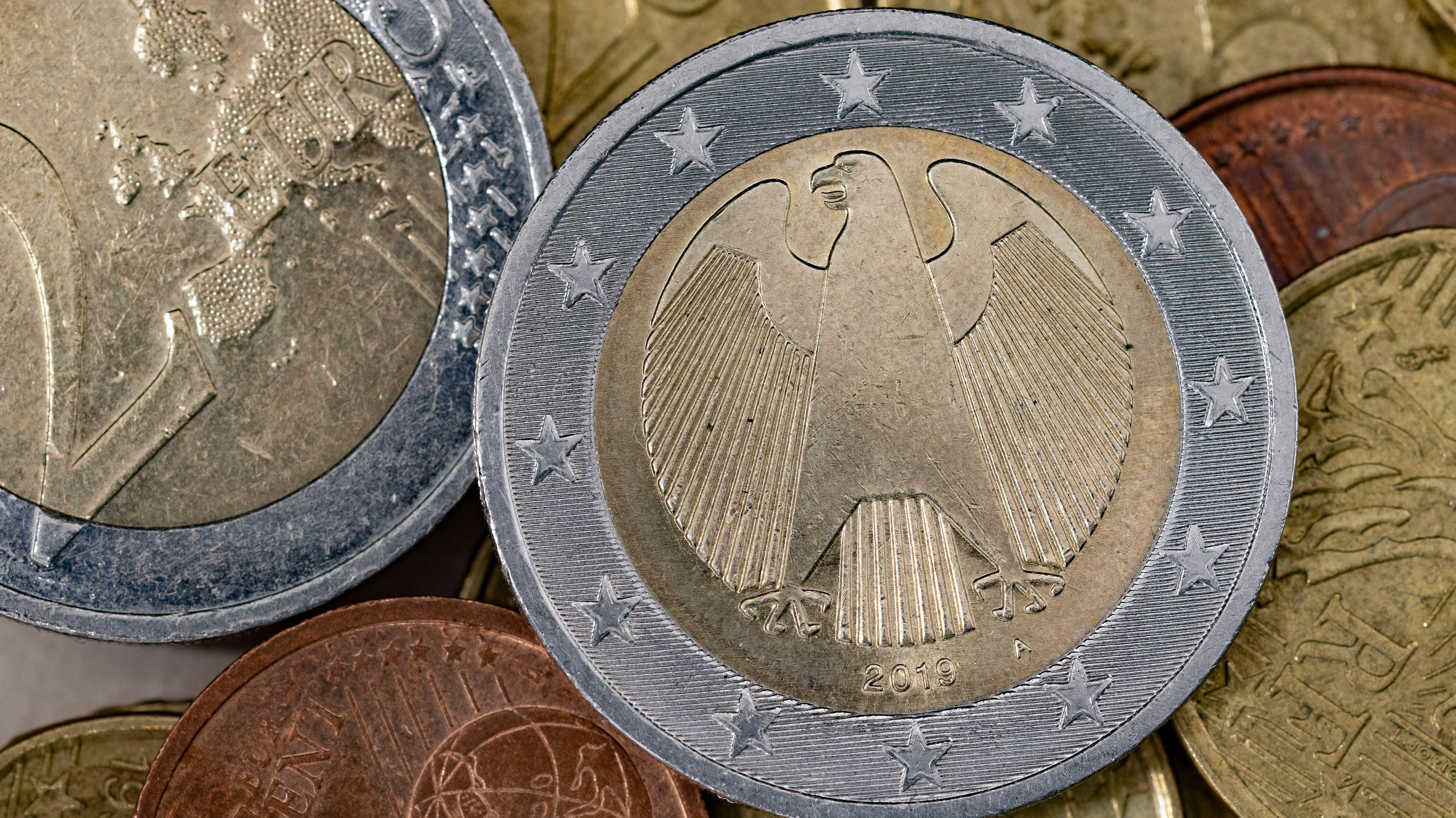Der Klassiker unter den deutschen Euro-Münzen: Auf der Rückseite thront der Bundesadler. Seit der Einführung gibt es aber zahlreiche Sonderprägungen in geringerer Auflage. Foto: Thomas Vorwerk