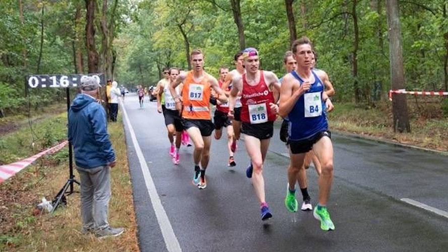 Saisonhöhepunkt: In Berlin stellte Michael Majewski (links mit der Startnummer B 17) einen neuen Cloppenburger Kreisrekord über 10 Kilometer auf. Foto: Norbert Wilhelmi