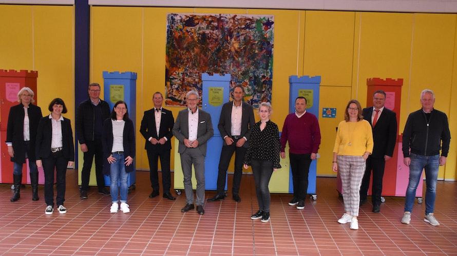 Fördern Forschergeist: Vertreter der Sponsoren, Einrichtungen und Stadt beim Gruppenbild. Foto: Timphaus