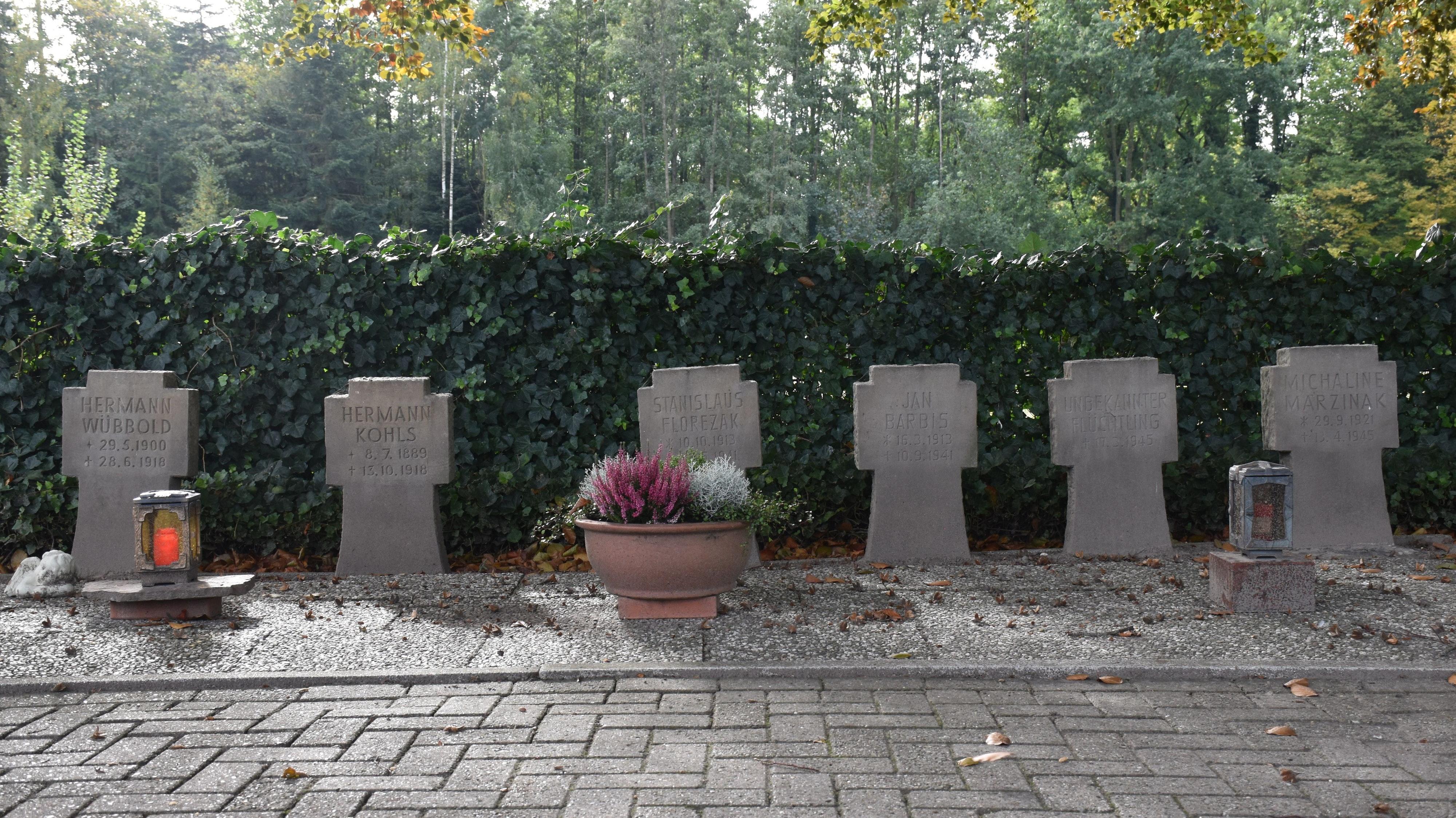 Die Witterung hat ihre Spuren hinterlassen: Der Zahn der Zeit nagt an den 6 Weltkriegsgräbern auf dem Goldenstedter Friedhof. Foto: Ferber <br>