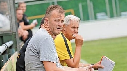 Fokus auf Leer: Beverns Coach Olaf Blancke (links) und sein Co-Trainer Peter Hölzen blicken der ersten Landesliga-Partie seit sechs Wochen gespannt entgegen.  Foto: Bettenstaedt