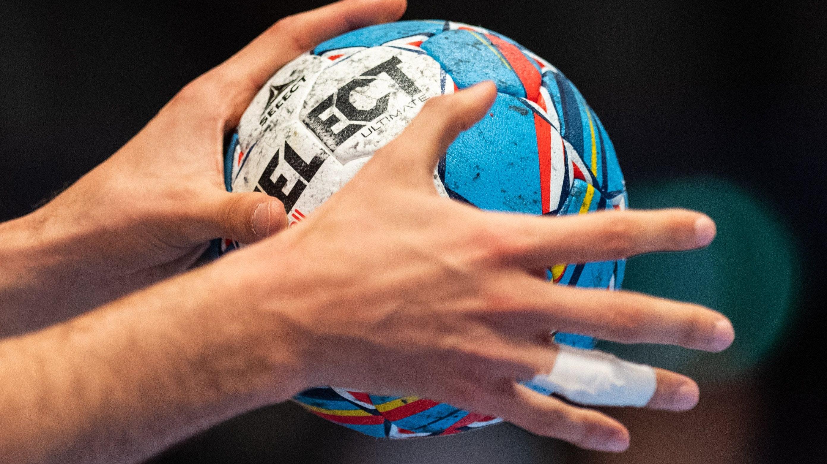 Keine Generalabsage: Im Handball darf gespielt werden. Foto: dpa/Michael