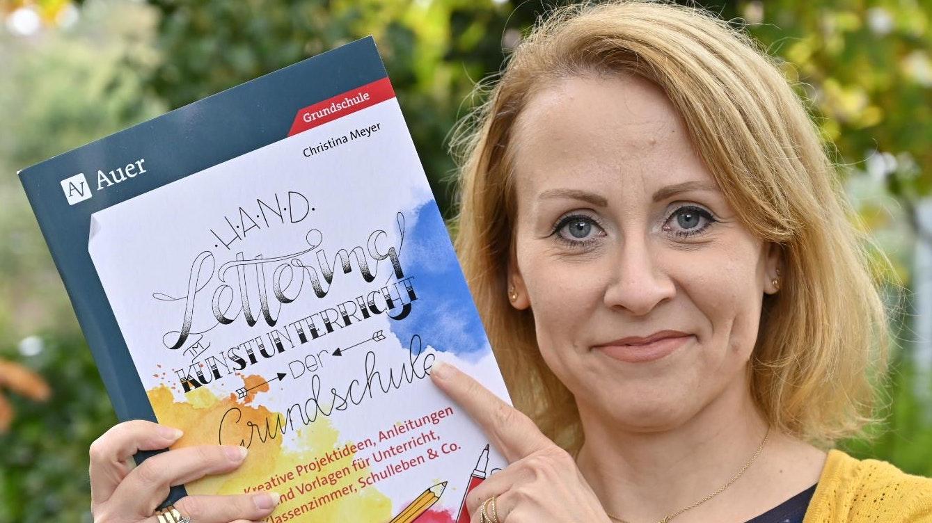 Eines der ersten Exemplare in der Hand: Christina Meyer mit ihrem neuen Fachbuch für die Grundschule. Foto: M. Niehues