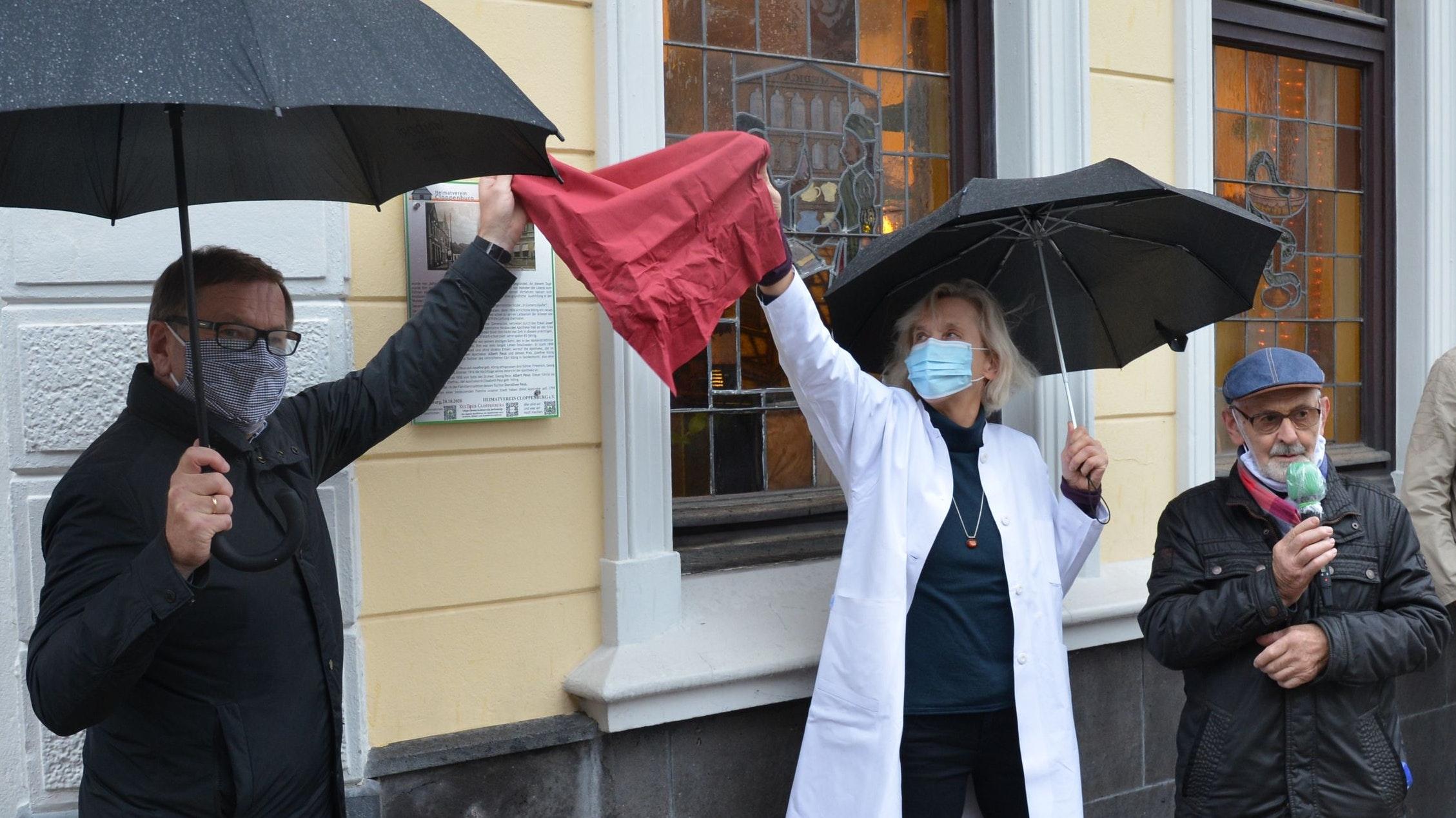 Gedenktafel enthüllt: Bürgermeister Dr. Wolfgang Wiese,Dorothee Peus von der Königs-Apotheke und Heimatverein-Vorsitzender Bernd Tabeling (von links). Foto: Hermes