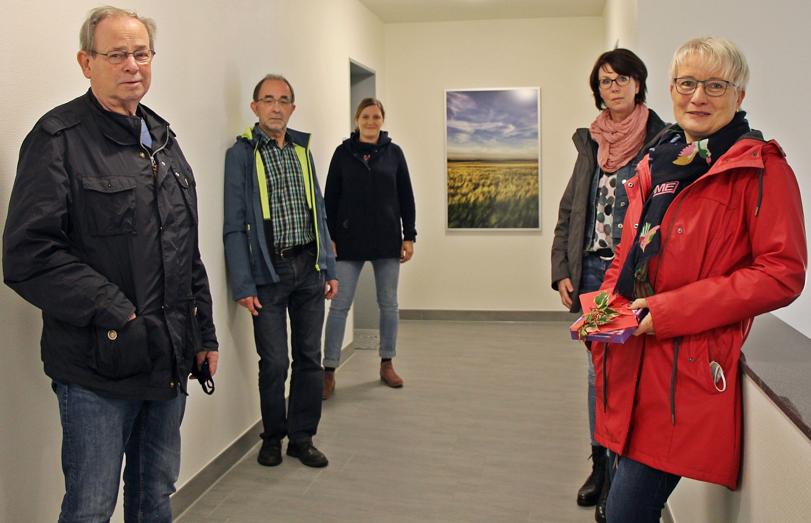 """Ihnen gefällt es: Das Foto-Projekt """"Wandverschönerung"""" haben (von links) Roland Perian, Ralf Weier, Jennifer Rickelmann, Claudia Steinkamp sowie Andrea Weßling umgesetzt. Foto: Oevermann"""