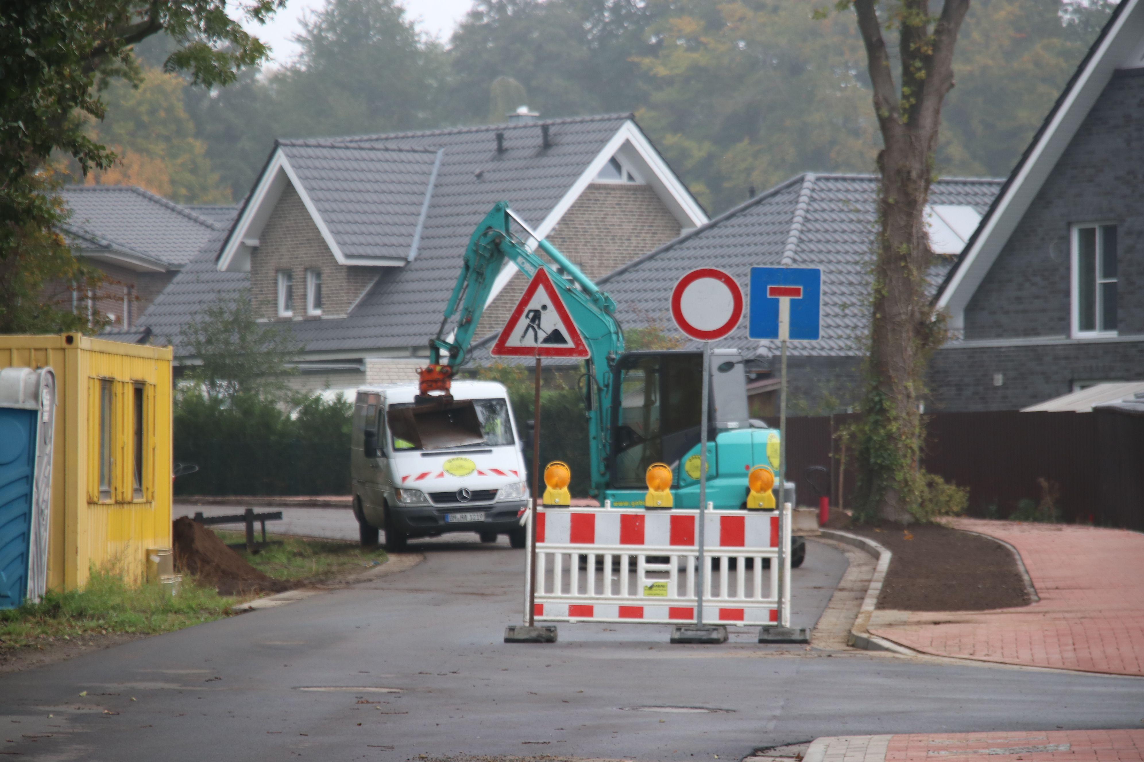 Die Baumaschinen rollen: Bis Weihnachten soll die Sanierung der Holdorfer Straße abgeschlossen sein. Foto: Lammert