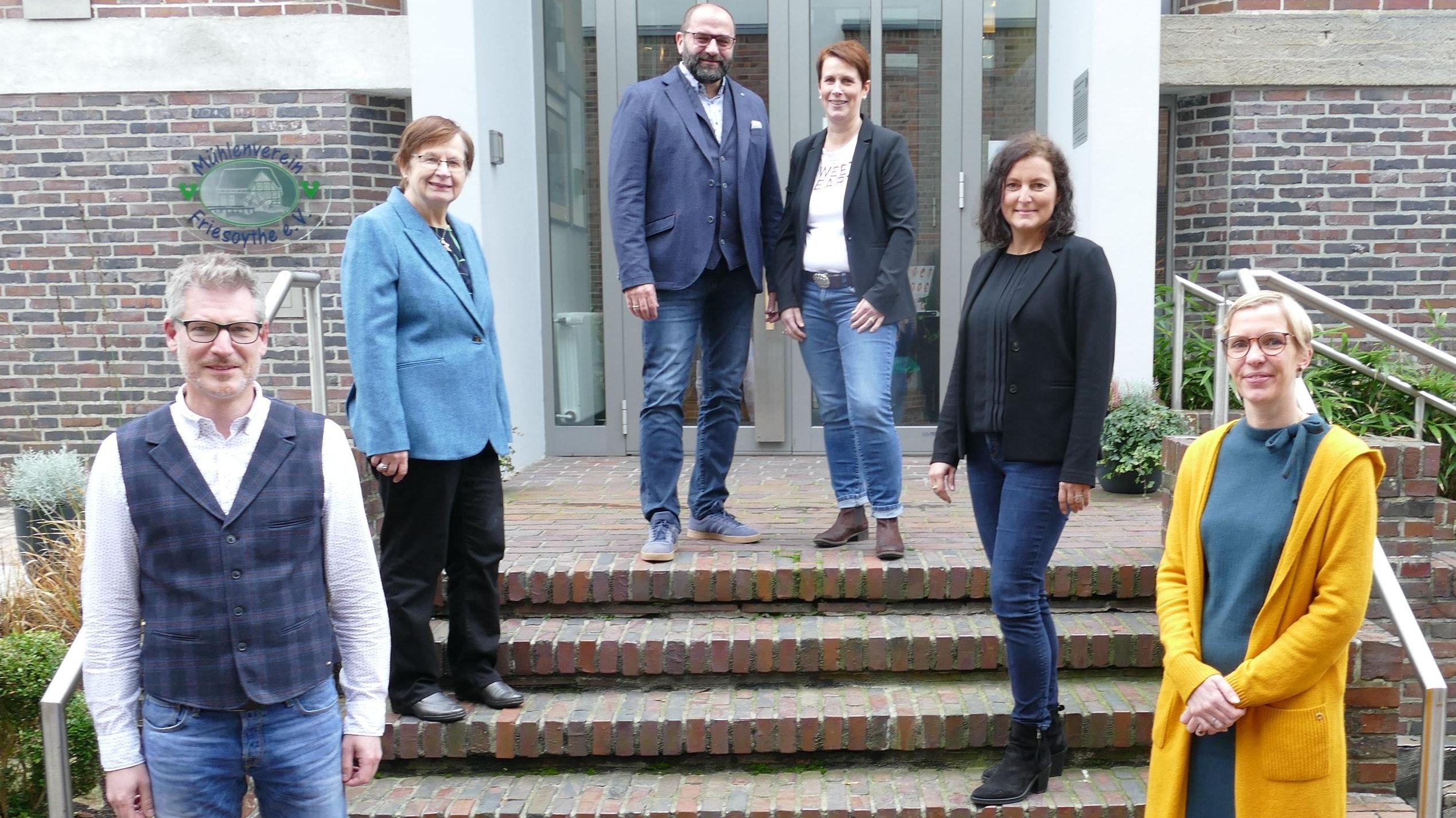 Tritt wieder an: Sven Stratmann (3. von links) gab gemeinsam mit seiner Ehefrau Sandra (4. von links) sowie (von links) Roland Winkler, Renate Geuter, Pia van de Lageweg und Melanie Buhr seine Entscheidung bekannt. Foto: Stix