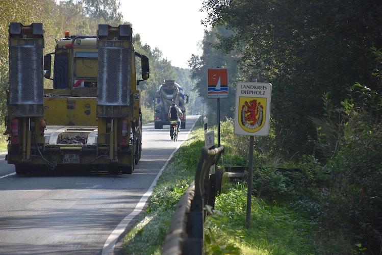 Radwegbau ab 2022? Bisher müssen Radfahrer auf die vielbefahrenen Kreisstraße ausweichen, um von Lohne nach Aschen und umgekehrt zu gelangen. Das soll sich nach dem Willen der Landkreise Vechta und Diepholz demnächst ändern. Foto: Timphaus