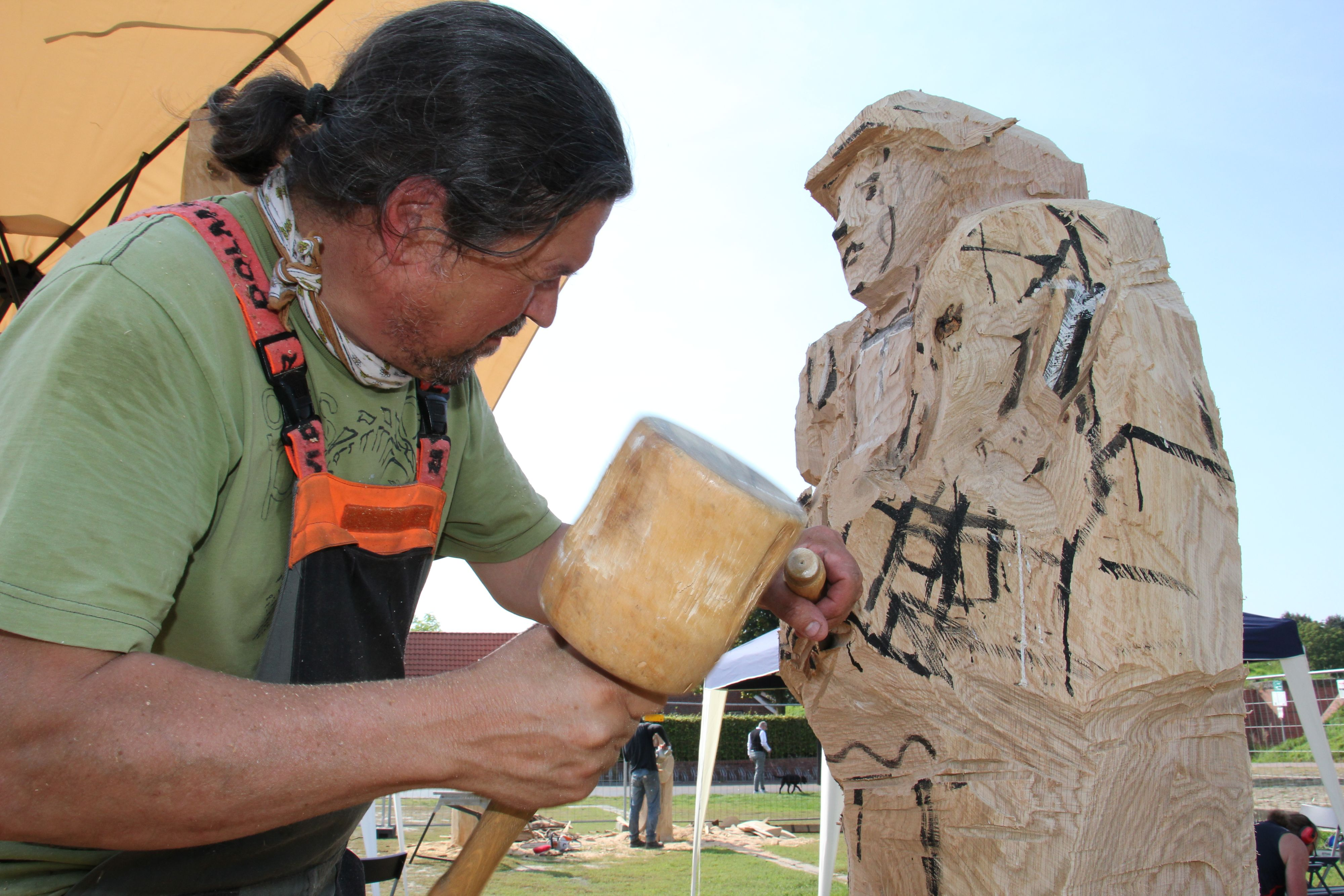 Vor einigen Wochen blühte die Künstlerszene in Vechta auf. Doch nach dem Bildhauer-Symposium, an dem sich auch Reinhard Osiander aus Bremen beteiligte, hat der Kunstbeirat jetzt das Programm für den Rest dieses Jahres gestrichen. Foto: Speckmann