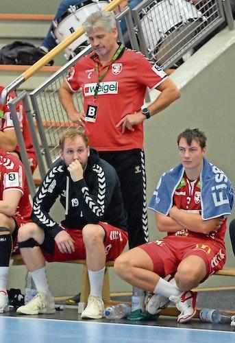 Frust: Coach Barna-Zsolt Akacsos war von der zweiten Hälfte enttäuscht. Vorn: Mark Schulat (links) und Edwin de Raad.