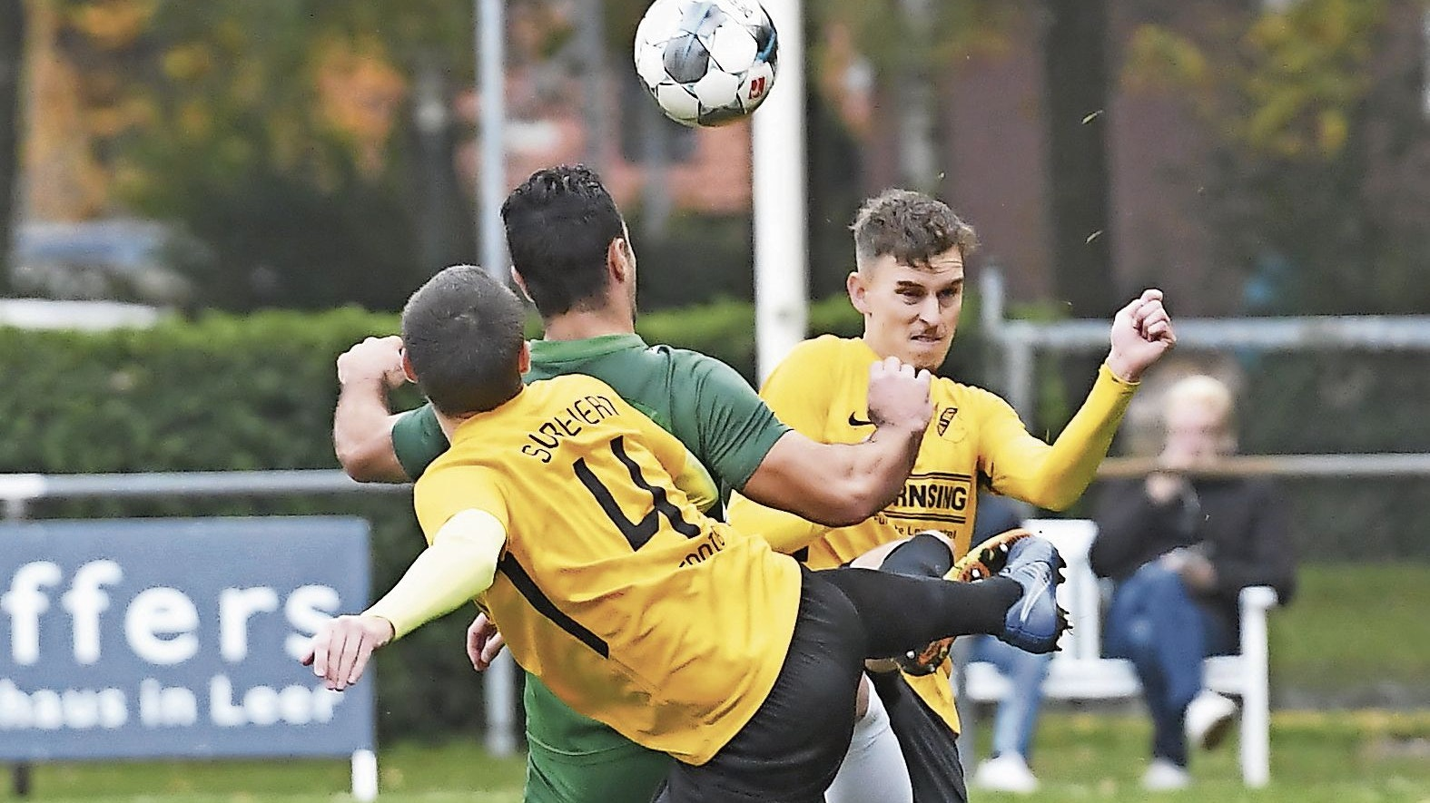Toller Kampf: Leon Neldner (rechts) und Matthis Hennig (links) kamen mit dem SV Bevern bei GW Firrel zu einem 2:0-Erfolg. Foto: rw