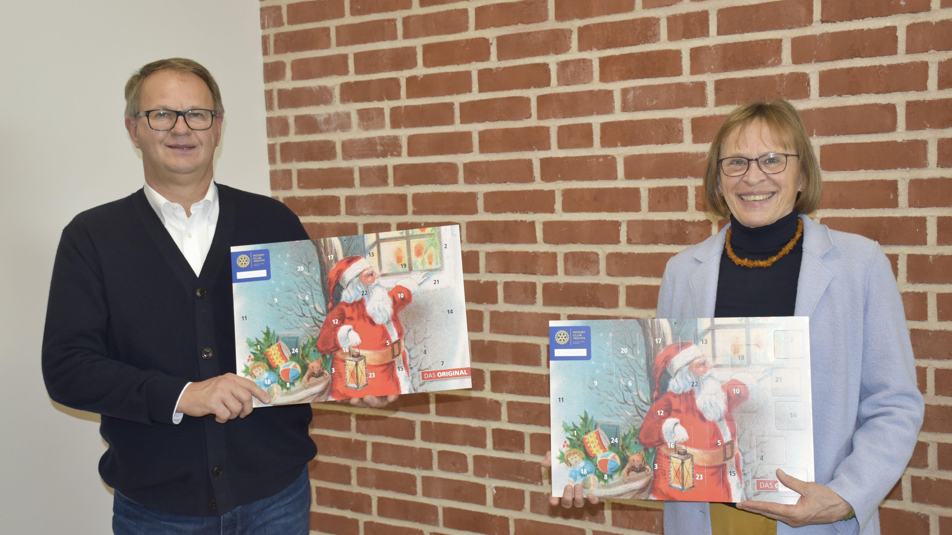 Präsentieren den diesjährigen Adventkalender: Franz Josef Theilen und Wilma Bocklage. Foto: Scholz