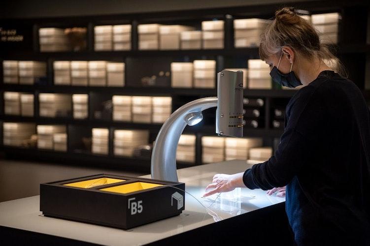 Eine Frau steht im Mitmach-Labor im Kreismuseum Syke.Foto: Schuldt  dpa