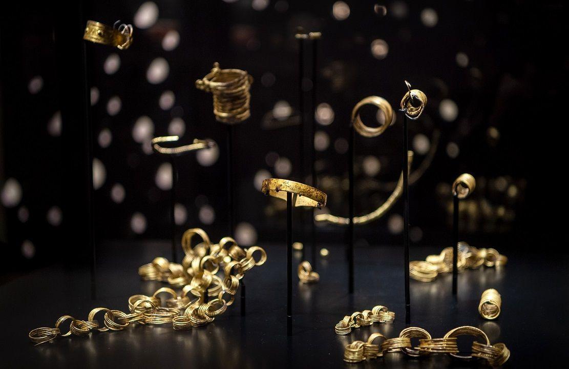 Der Goldhort von Gessel wird im Kreismuseum Syke ausgestellt. Foto: Schuldt / dpa