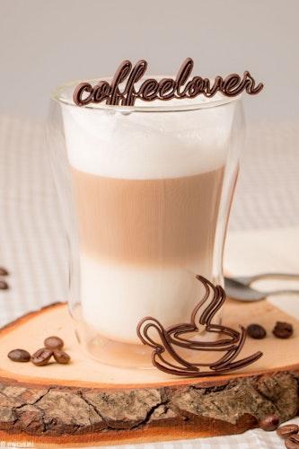 Überraschung für Kaffeegäste: Die tollen Schokoladendekore sind innerhalb weniger Minuten hergestellt. Foto: djdmycusini