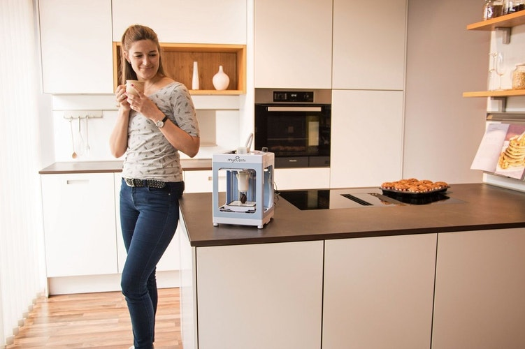 Der handliche Schoko-Drucker ist etwa so groß wie eine Kaffeemaschine und mit nur einem Drehknopf einfach zu bedienen. Foto: djdmycusini