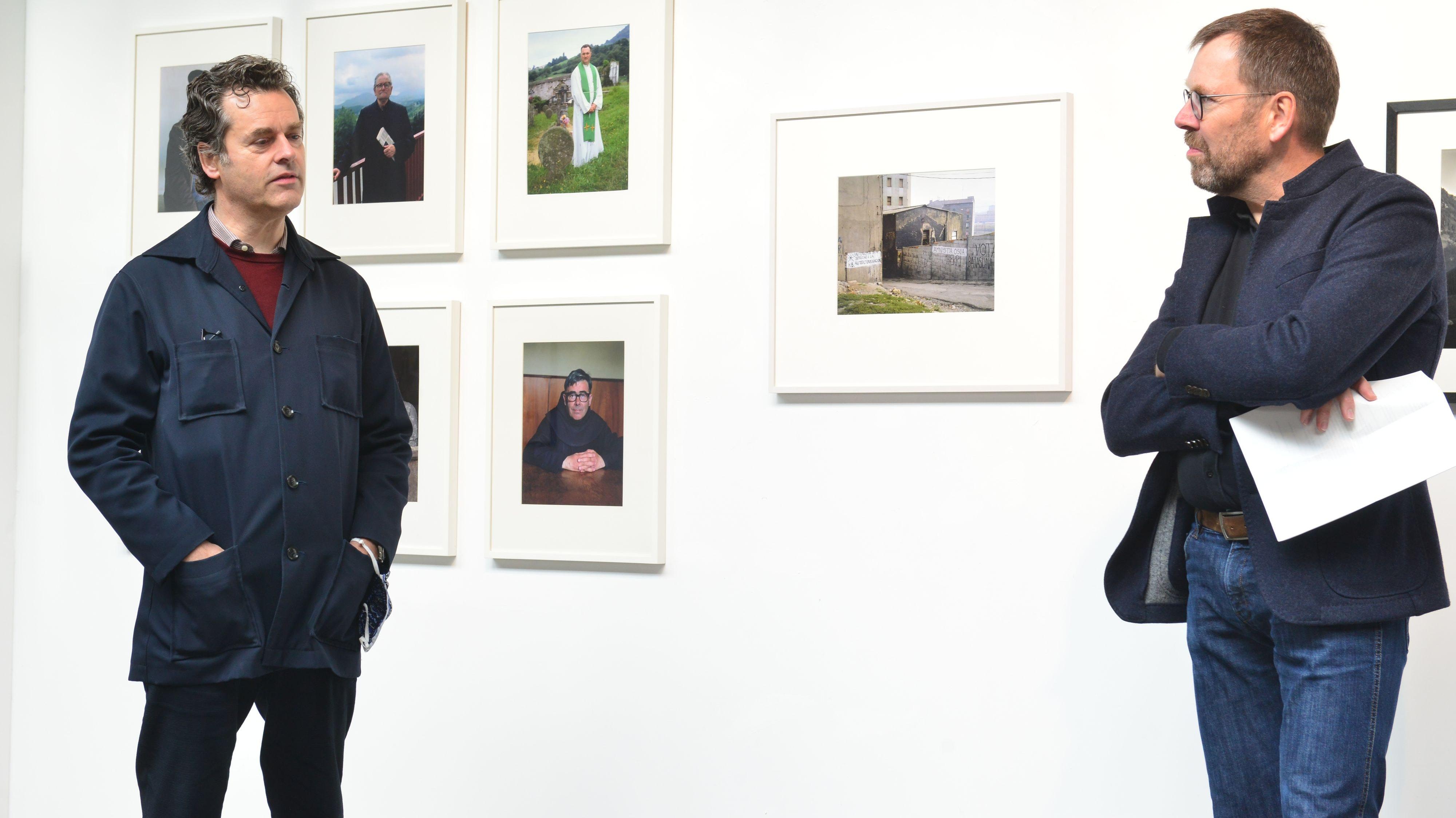 Im Gespräch: Künstler Laurenz Berges (links) erinnerte an die Zeit als Assistent bei Evelyn Hofer in New York. Rechts der stellvertretende Vorsitzende des Kunstkreises, Dr. Robert Berges.  Foto: Heidkamp