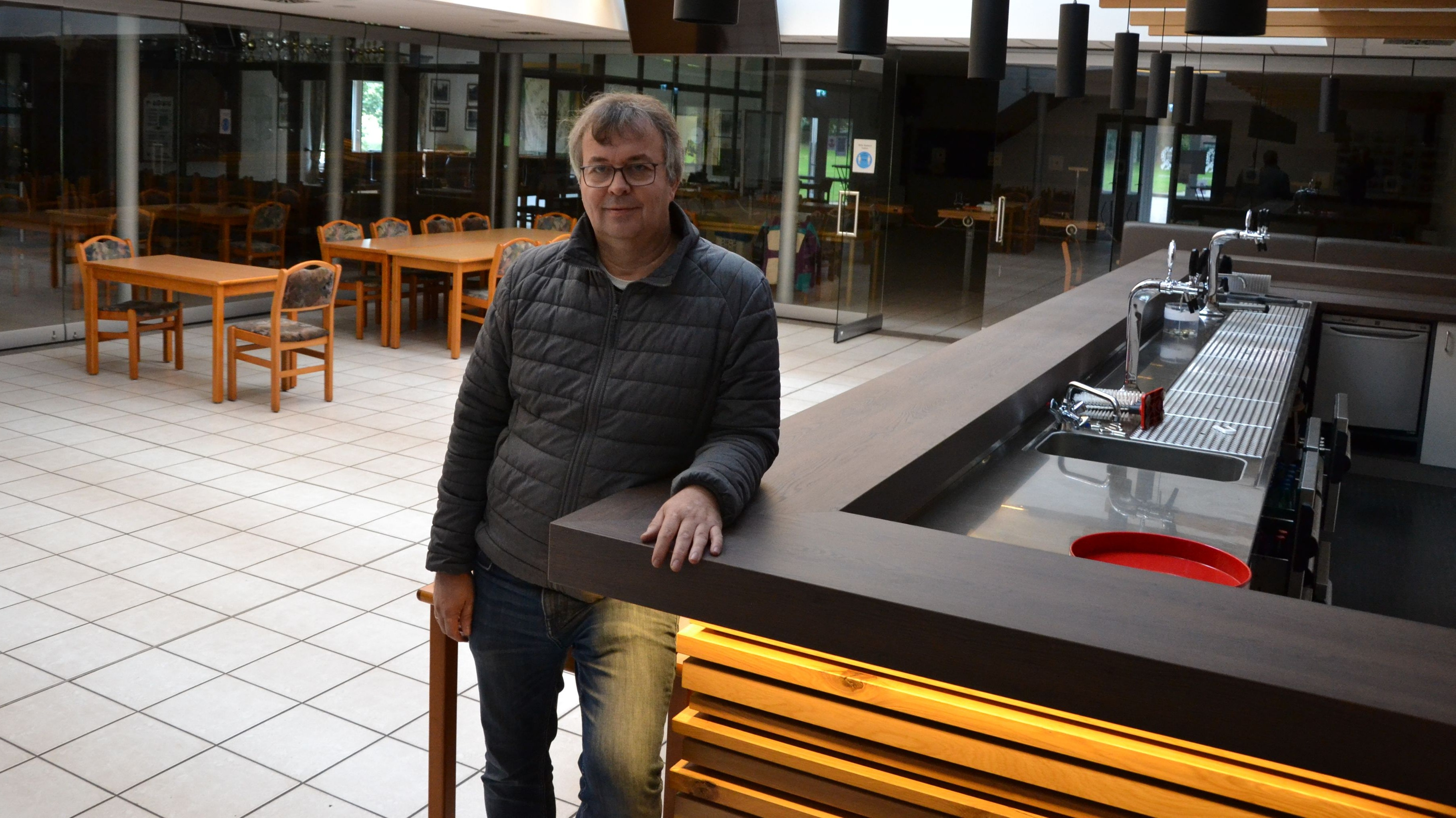 Warten auf den Neustart: Vereinsvorsitzender Stefan Ostermann kann derzeit keine Aktiven im Schützenhaus begrüßen. Foto: Meyer