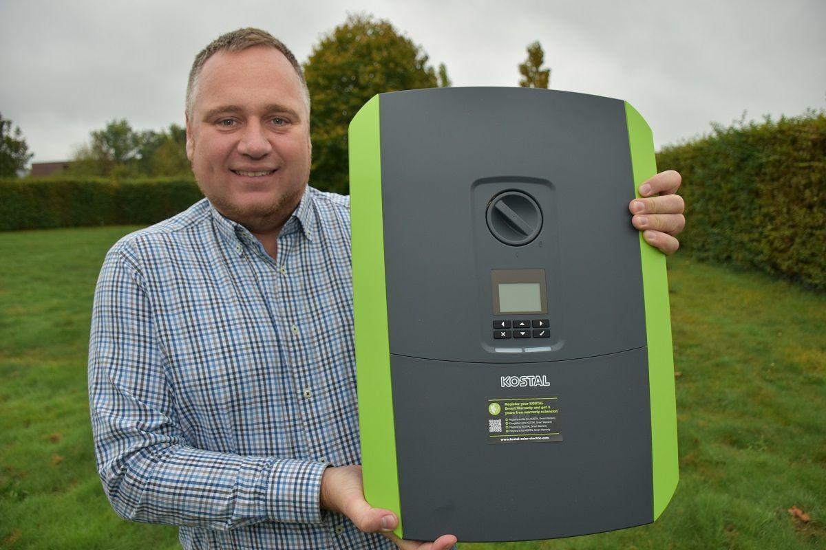 Damit kennt er sich aus: Marc Bruchmann mit einem Hybrid-Wechselrichter für Photovoltaikanlagen und Speicher. Foto: Klöker