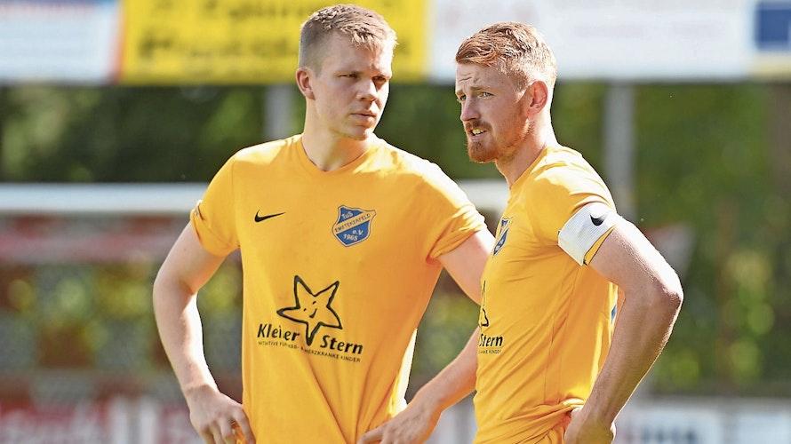 Wartepause beendet: Emstekerfelds Linus Funke (links) und Kapitän Felix Schumacher. Foto: Langosch