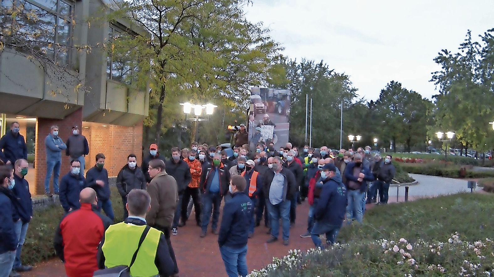 Stellt sich der Diskussion: Landrat Marc-André Burgdorf hörte am Freitagmorgen den Schweinehaltern vor dem Kreisgebäude in Meppen zu. Foto: © Marco Schlösser (Nordwestmedia)