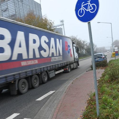 Rauf und gleich wieder runter: Hinter dem Schild endet der Radweg ansatzlos vor einem langen Parkstreifen für Lkw. Foto: Kreke