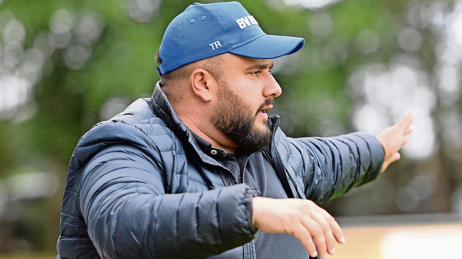 Enttäuschung, aber auch Verständnis: Essens Trainer Mohammad Nasari bedauert den Rückzug des BV Essen aus der Landesliga in die Kreisliga. Foto: Langosch
