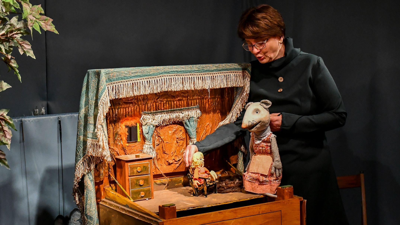 Gertrud Bünger haucht den Figuren Däumelinchen und der Maus Leben ein. Foto: Vollmer